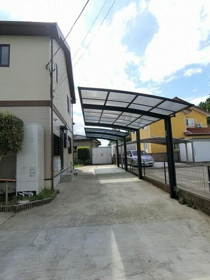 駐車場 屋根が完備されている駐車場。駐車2台分です。 雨の日や鳥などの糞などから屋根があることで大切な車を守ってくれます。