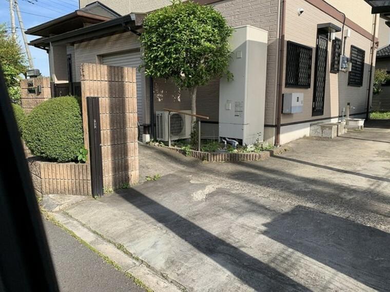 外観・現況 広々とした入り口が特徴です。また、駐車場の入り口に仕切りを作ることができます。
