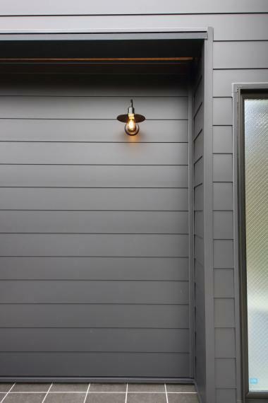 外観写真 道路から見た際に目に入る玄関灯。