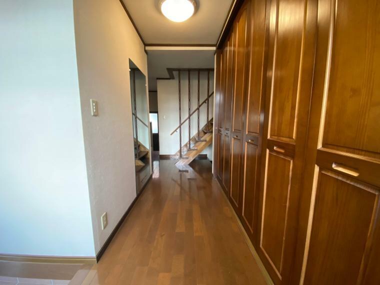 玄関 玄関ホールの収納です、大型のクローゼットが並びます!