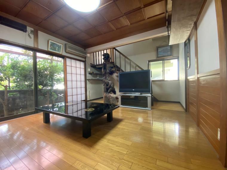 リビングダイニング リビングです。増築で奥の階段からガレージ上のお部屋に移動できるようにしてあります!天井も造作がしっかりしていて重厚感が出ている立派なお部屋です。
