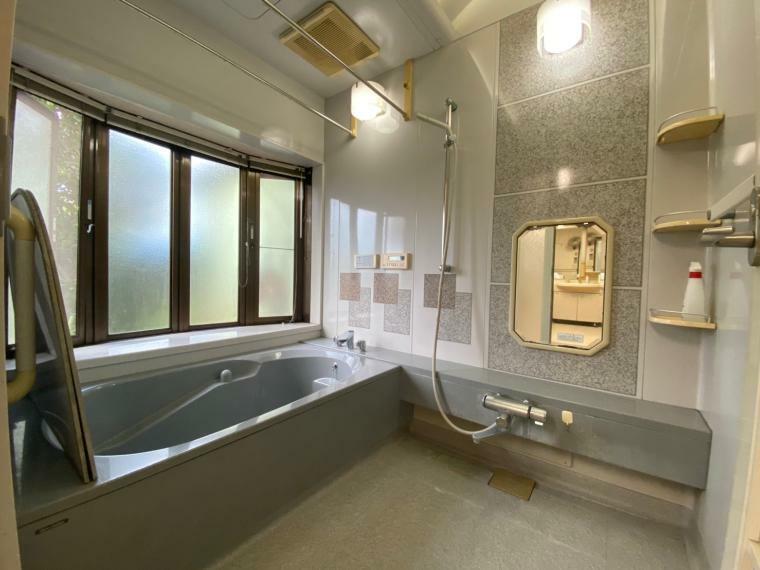 浴室 大きなユニットバスです、ジャグジー機能もあり上質なリラックスタイムを演出します。照明もおしゃれです。