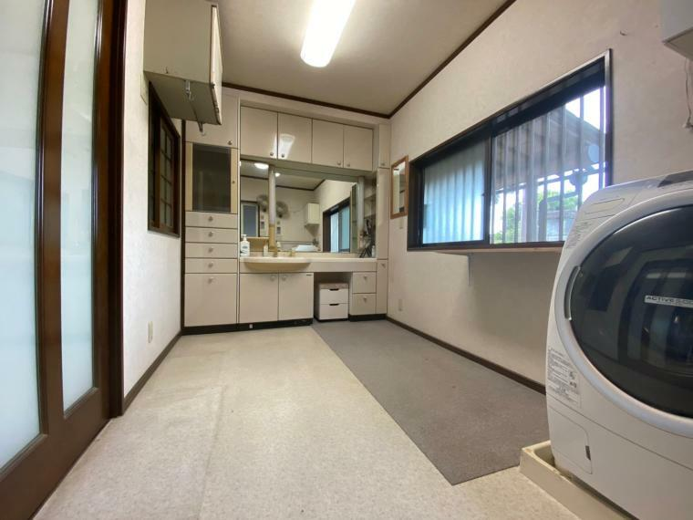 脱衣場 この物件の洗面脱衣所はとにかく広い! 収納もさることながら広くてさまざまな使い方が出来そうです!