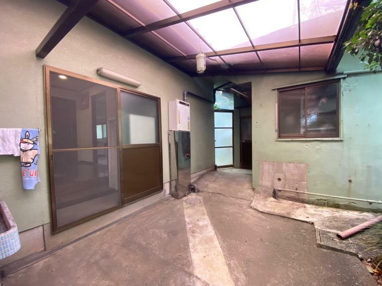 外観写真 勝手口の外にはこのようなスペースが! 最近の新築建売物件では得られないスペースですね、右手に見えるのは物置や作業部屋として使える付属建物です。趣味にも活かせそうですね!