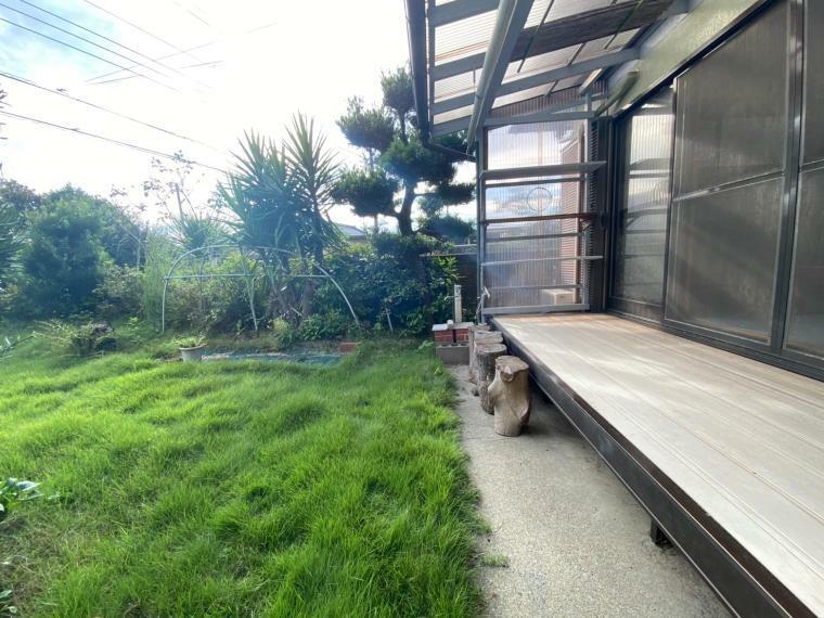 庭 和室から見えるお庭です。芝生と植栽の緑が心を和ませてくれます!