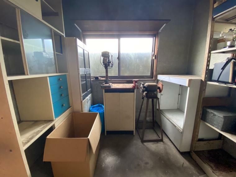 敷地内に作業スペースとしても使用できる小屋もございます。