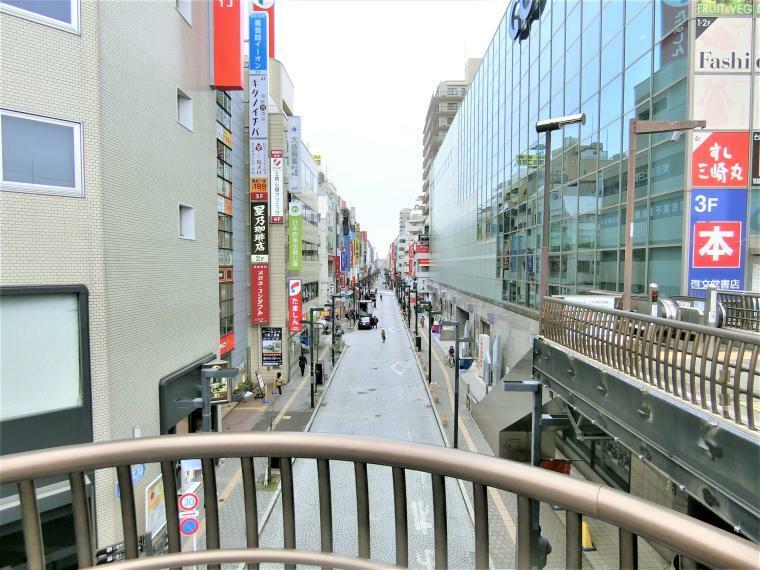 周辺の街並み 三鷹駅(南側)の商店街(一部)です。規模が大きく様々な商業施設がございます。