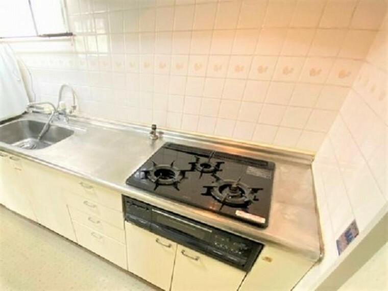 キッチン 3口コンロやワイドシンクで家事もはかどりますね!