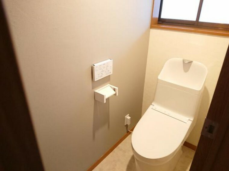 トイレ 【リフォーム完了】トイレはTOTO製の温水洗浄便座に交換済。洗浄量は従来のものより大幅な節水を実現、少ない水でもしっかり洗浄。表面は凹凸がないため汚れがつきにくく、継ぎ目のない形状でお手入れも簡単です