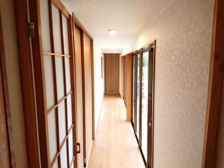 【リフォーム完了】庭が見渡せる長い廊下です。この廊下を通って各居室に行くことができます。突き当りには物入もありますよ。壁天井クロス張替・建具交換、LED照明交換済。