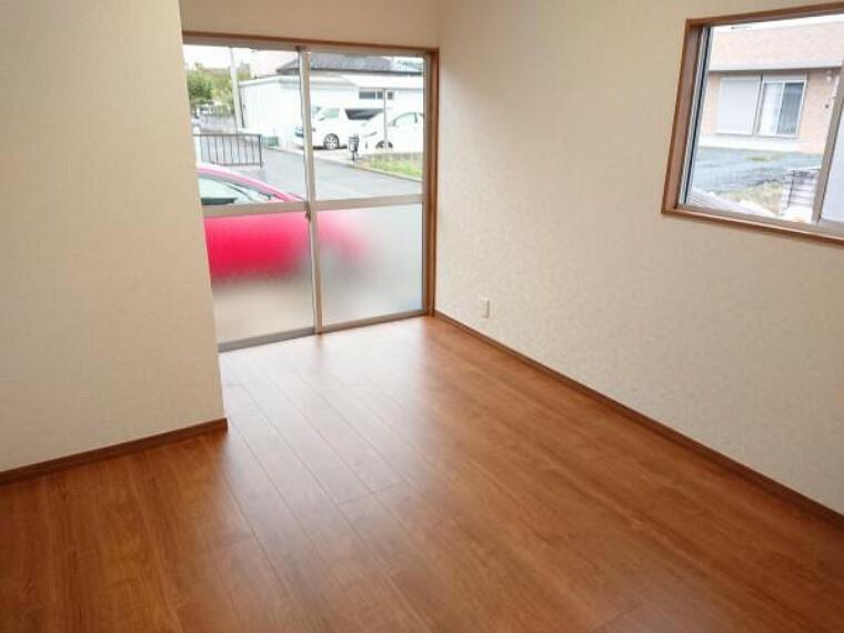 寝室 【リフォーム完了】北西側の洋室5.5帖です。2方面窓なのでとても明るいお部屋です。クローゼット新設、壁・天井クロス張替、建具交換、LED照明交換済。