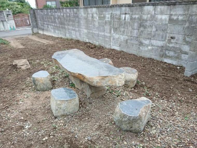 庭 (リフォーム完了)お庭には石のベンチセットがあります。なんて風情あるお庭なのでしょう。広いお庭で家族団らん出来ます。庭整地済
