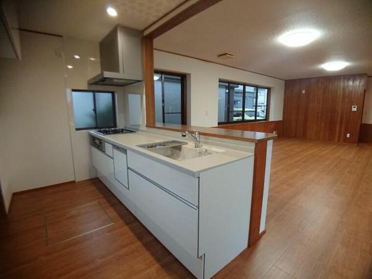 キッチン 【リフォーム完了】新しいキッチンは食洗器付き。カウンターを新設しました。料理したものを目の前に置けるのではかどりますね。カウンター下の木の腰壁が素敵です。壁・天井クロス張替、LED照明交換済。