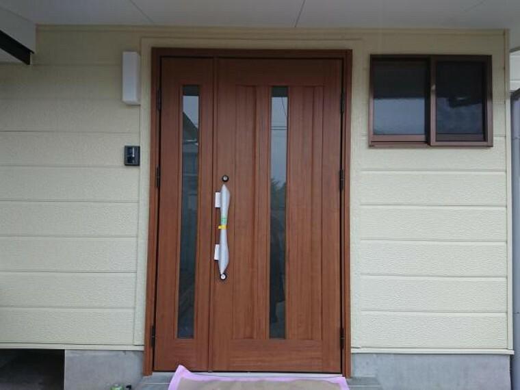 玄関 (リフォーム完了)新しい玄関ドアです。玄関タイルも張り替えました。お家の顔となる玄関ドアが新しいとパッと雰囲気が変わります。