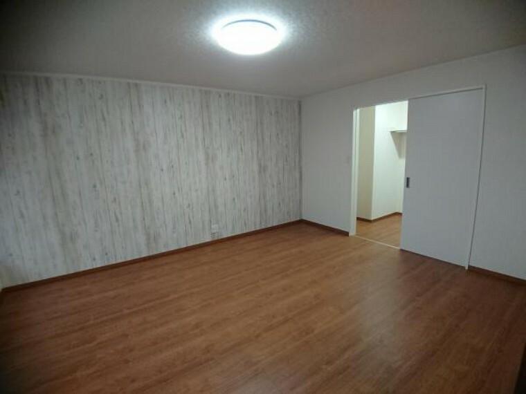 子供部屋 【リフォーム完了】玄関入って左の洋室10帖にはウォークインクローゼット付です。アクセントクロス白木調でおしゃれですね。壁・天井クロス張替、建具交換、LED照明交換済。