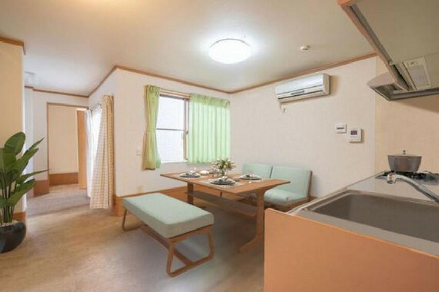居間・リビング 1階リビングは4部屋の真ん中に配置されています。民泊、シェアハウスとしても使いやすい間取りになっています。※家具はCGによるイメージです。