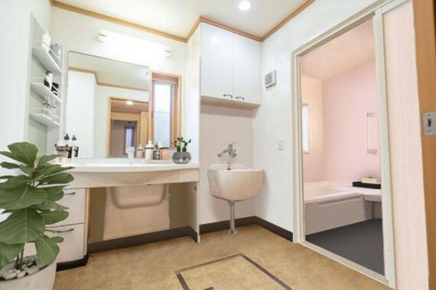 洗面化粧台 シンプルな洗面台で使い勝手が良いです。脱衣スペースも十分に確保しております。
