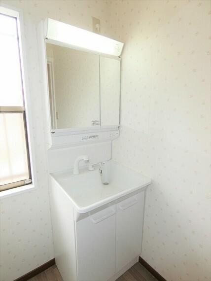 洗面化粧台 洗面化粧台の鏡は三面鏡です。交換済みで新品です。