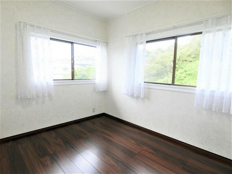 約5帖の洋室です。2面採光で、明るいお部屋です。