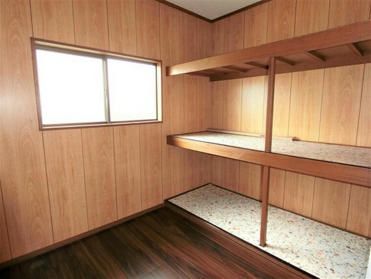 収納 2階の納戸です。棚付きで、整理しやすそうです。