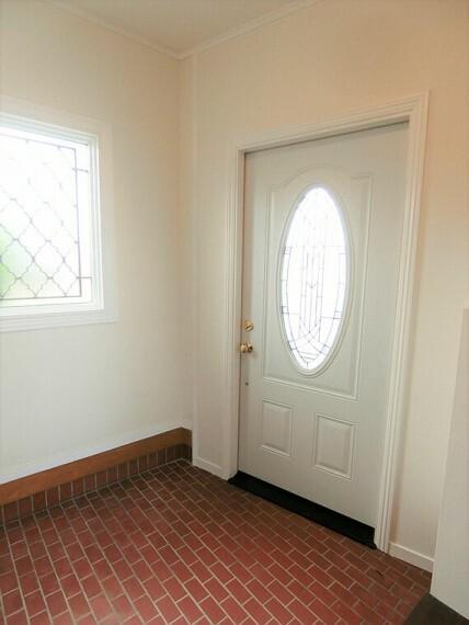 玄関 窓があり、明るい玄関です。