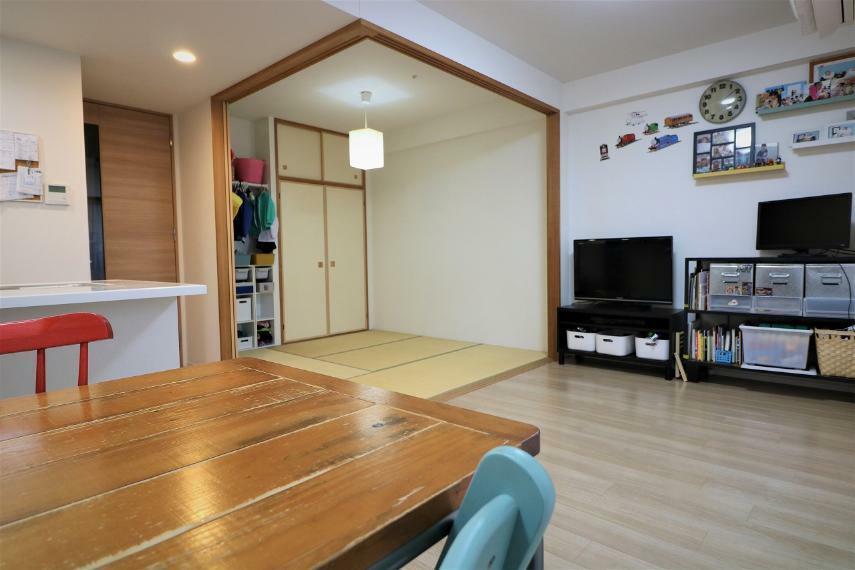 リビングダイニング 約4.5帖の和室はキッズスペースとして使ったり、客間として使ったりとあると便利なスペースです。