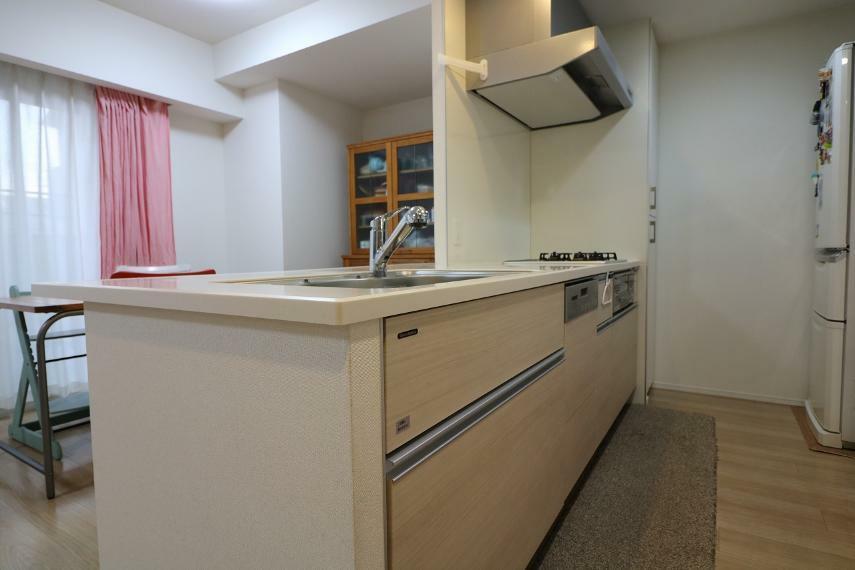 キッチン キッチンの奥の収納棚はパントリーとして使えます。