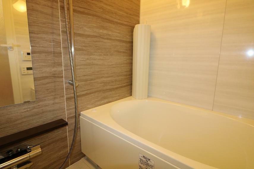 浴室 落ち着いた色の浴室には換気乾燥暖房機はもちろん、ミストサウナ機能もあり、1日の疲れを癒せます。