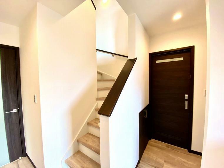 1階階段部分です。トイレ前に収納があり買い置きの消耗品の収納にも便利です。
