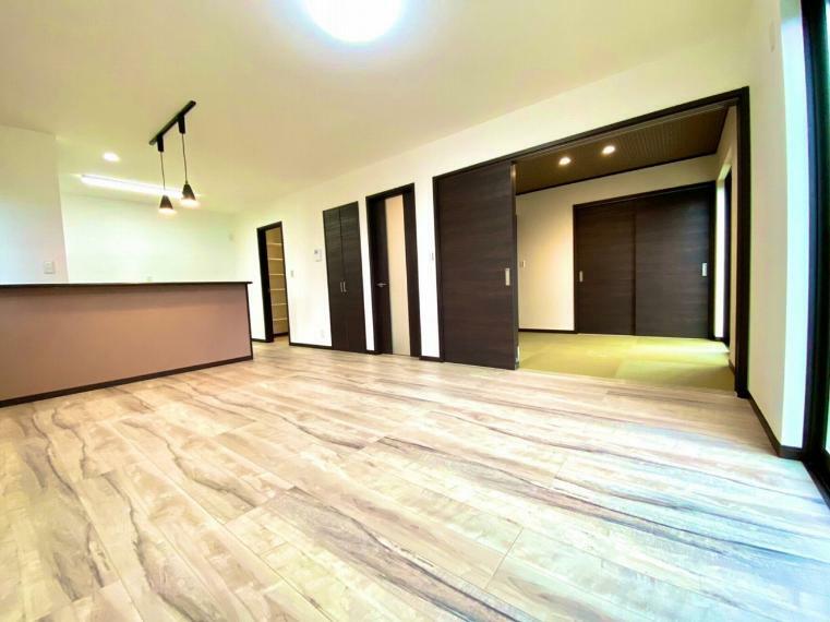 居間・リビング 15.7帖の広々リビングは東側に和室が続きます。