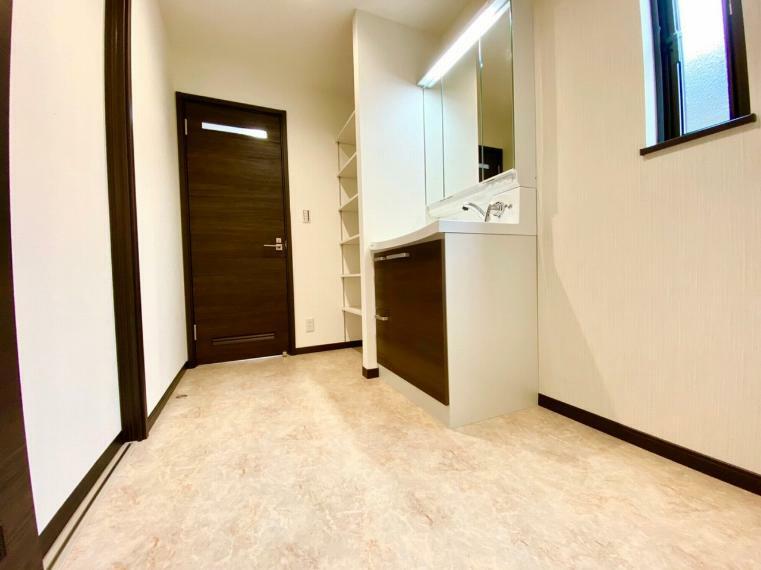 脱衣場 洗面所にはキッチンからも玄関ホールからも両方アクセスでき便利です。