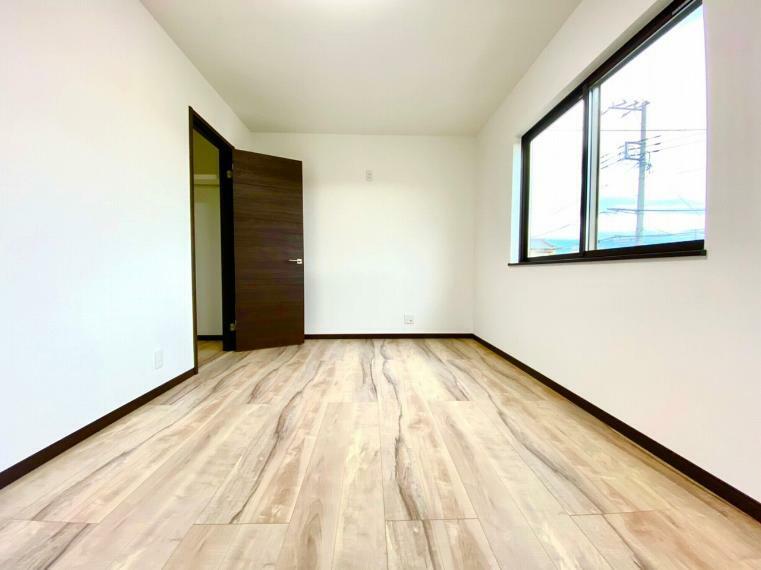 洋室 2階は洋室が3部屋あります。採光が良く明るい室内です。主寝室にはWICがついています。