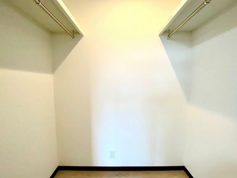 ウォークインクローゼット 主賓室のウォークインクローゼットは1.3帖のスペースがあります。
