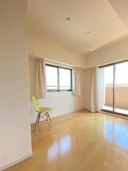 居間・リビング 洋室(2)約5.0帖。東南に窓がある明るいお部屋です。