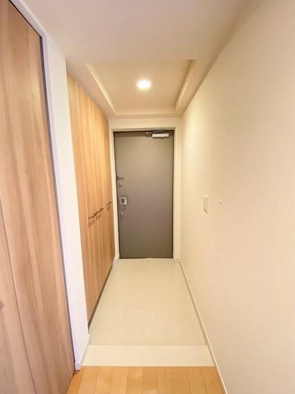 玄関 ダウンライト付き折り上げ天井が表情を与えてくれる玄関ホール