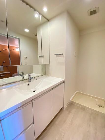 洗面化粧台 鏡裏面に収納がある機能的な洗面台。カウンターは人造大理石仕様。