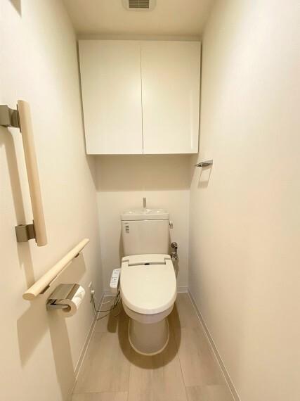 トイレ 節水型トイレ。上部収納棚付き。