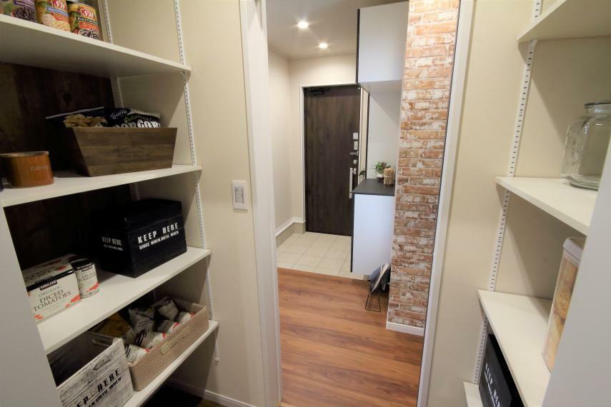 収納 【当社施工事例】玄関からキッチンの間にパントリーを設置する動線重視の設計です