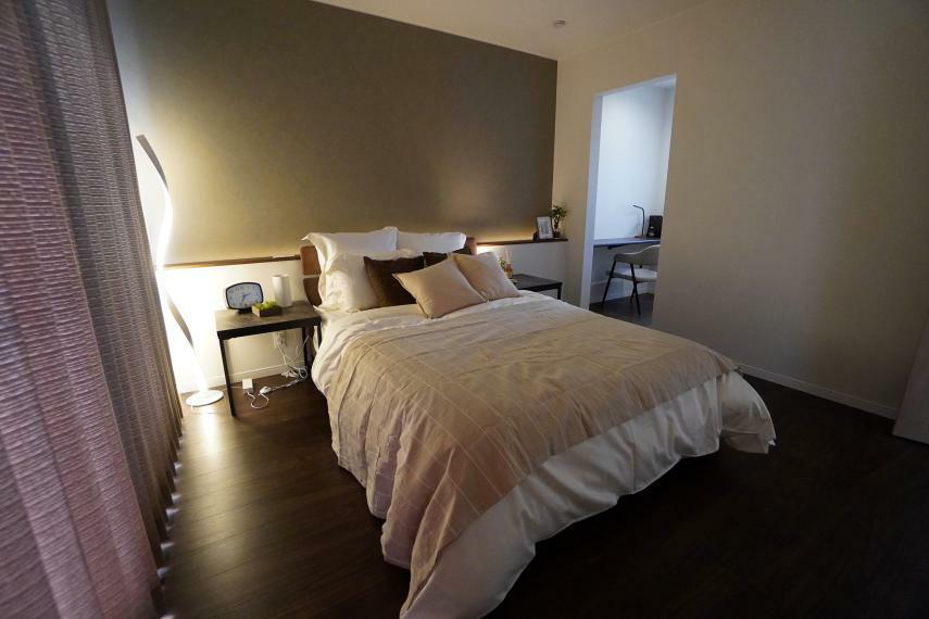 寝室 照明演出の素敵な主寝室。シックモダンな落ち着いた空間です。