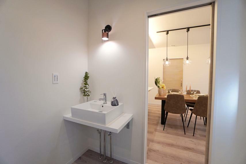 玄関 玄関には手洗い場を設置。帰宅後リビングに入る前に手洗いうがいをして清潔に!