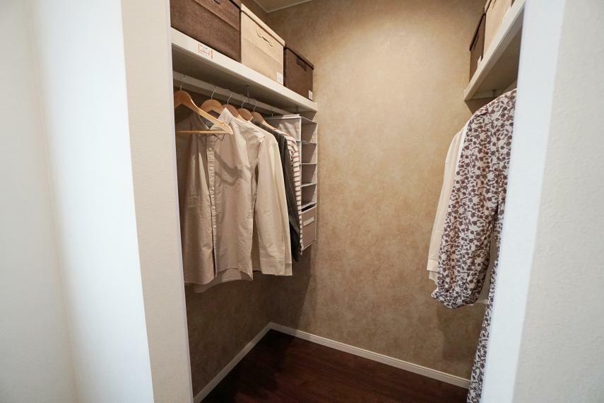 収納 主寝室の奥にはウォークインクローゼットがあります。洋服用と上段に荷物置きがあるのが嬉しい構造です。