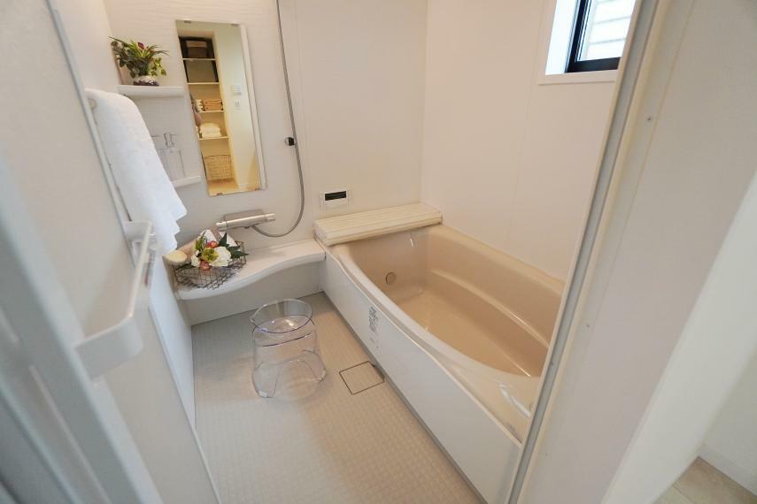 浴室 広々浴室で足を延ばして一日の疲れを癒しましょう!リクシルの最新設備を採用。掃除もしやすく設計されております