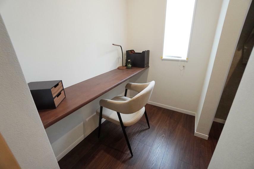 寝室 主寝室にはデスクスペースがあり、ちょっとした書斎としてもお使いいただけます。