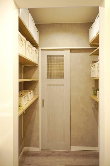 キッチン 玄関とキッチンの間にあるパントリー。食材をすぐに収納ができるように考えられた設計です。