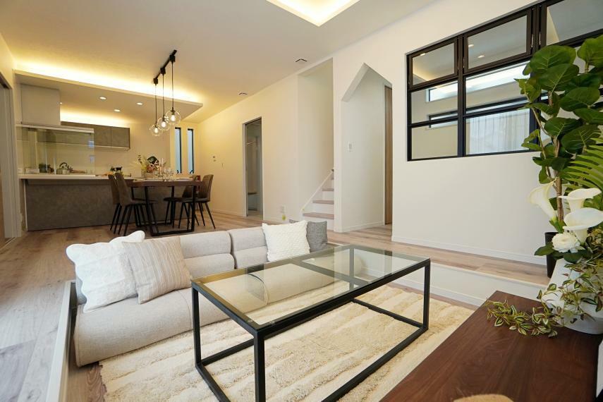居間・リビング お部屋が広く感じられるダウンフロアリビング。よりメリハリをつけるために天井が高く設計されています。ダウンフロアは家族との距離感も近くなるとても素敵な空間です。