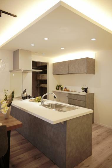 キッチン 照明使いがおしゃれなキッチン。カウンターキッチンなので、リビングにいる家族を見守りながらキッチンに立てます。