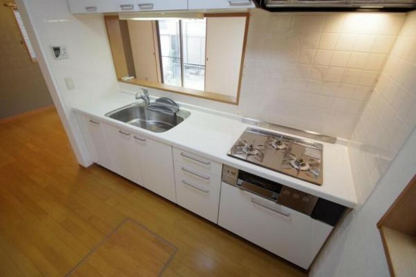 キッチン 上下に収納スペースがあるので便利ですね!