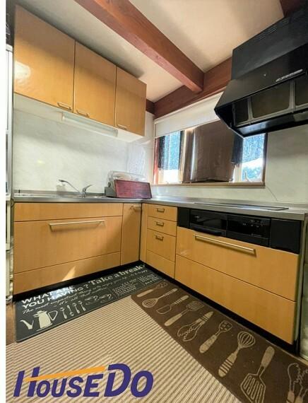 L型のキッチンは、料理をする際の移動範囲を最小限に抑えてくれます!IHクッキングヒーター搭載です!