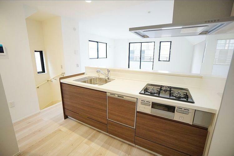 キッチン 広々したキッチンですが凹凸が少なくサッとひと拭きで綺麗になってくれますよ。