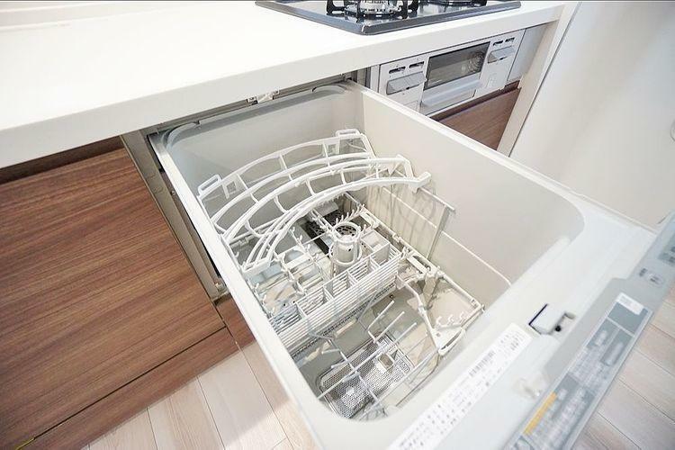 キッチン 食器の出し入れが容易なビルトインタイプ。食器洗いの手間を省き、電気・水道代の節約に貢献します。